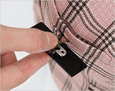名札ポケット 胸ポケットにペンをさしても邪魔にならないため、とても便利です。