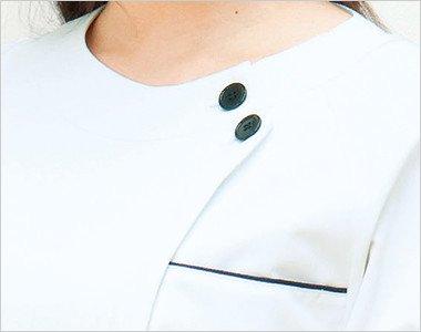 胸元 2つ並んだボタンがアクセント