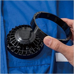 空調服の穴にファンを表側から差し込み、左右にツメ、下にケーブル差込口がくるようにしてください。