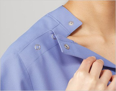 大きめに開くドットボタン仕様で着脱しやすい右の肩口