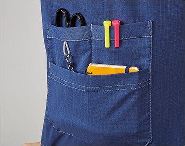 上下の二段ポケットは、はさみ・ペン・メモ帳などが収納でき、ゴムループ付きです。