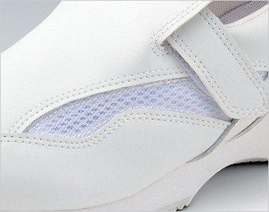 アッパーの側面両サイドに施されたメッシュ素材で靴内のムレを解消します。