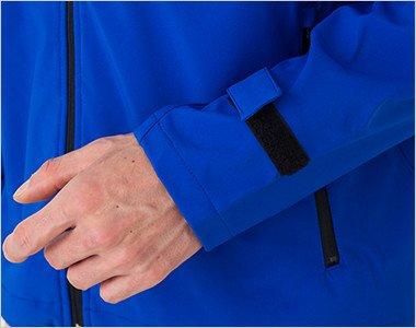 簡単にサイズ調節ができるマジックテープ仕様の袖口