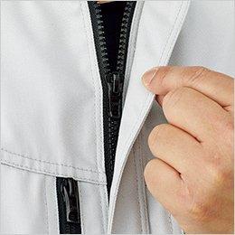 前立てには、作業中の商品や建材などへの傷付きを防ぐ、比翼仕立てのファスナーを使用