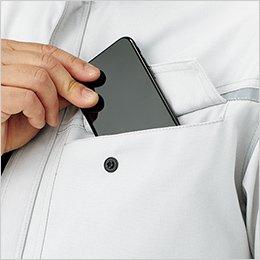 左胸ポケットはスマートフォンなどを収納しやすい二重構造(ペン挿しスペース付き)
