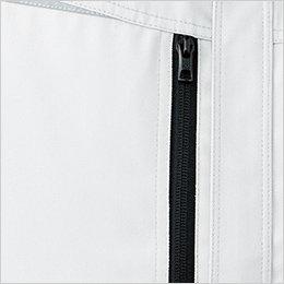 スムーズに開閉可能な縦型の右胸ポケットは物の落下を防ぐファスナー付き