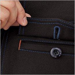 胸ポケットはペンホール付きフラップを使用し、落下防止と機能性を両立。