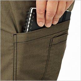 物を取り出しやすいフラップレス左カーゴポケットは使い分けに便利な二重構造