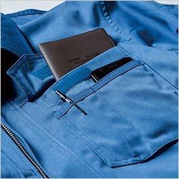 左胸ポケットはいろいろ収納できるマルチ収納ポケット