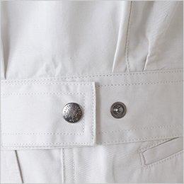 裾の両サイドにはドットボタンで調整するアジャスター付き