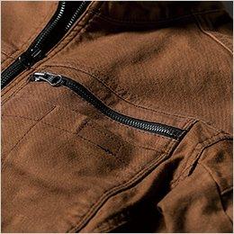 左胸ポケットはファスナー仕様
