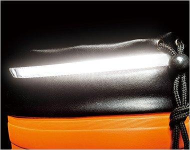 厚みのある防寒着でもスッポリ収納できる胴太設計の本体には、水や雪・異物などの侵入を防ぐ履き口カバーが付いています。履き口まわりには反射材を配して夜間作業も安全・安心です。