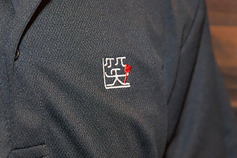 黒地に白いロゴマークと赤いヘラのワンポイントが映える