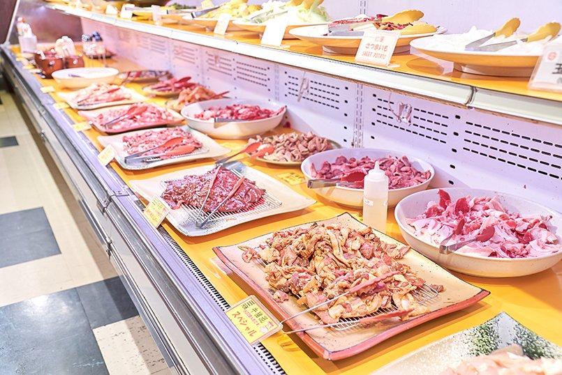 好きな食材を選び、各テーブルのコンロで焼いて食べるスタイル